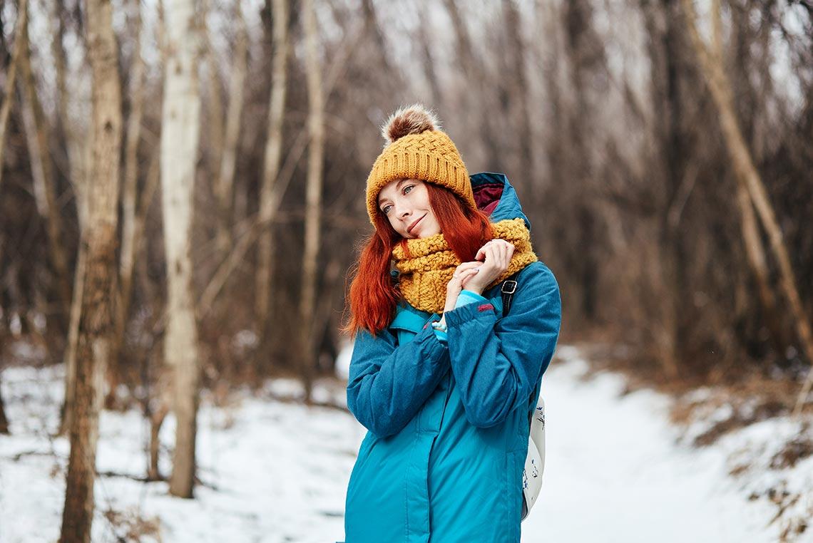 Рыжая скромница позирует стоя в лесу