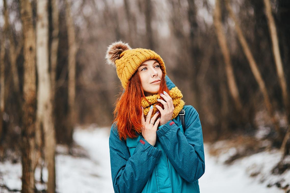 Фотография рыжеволосой девушки в зимнем лесу,снято на Canon EOS 6D