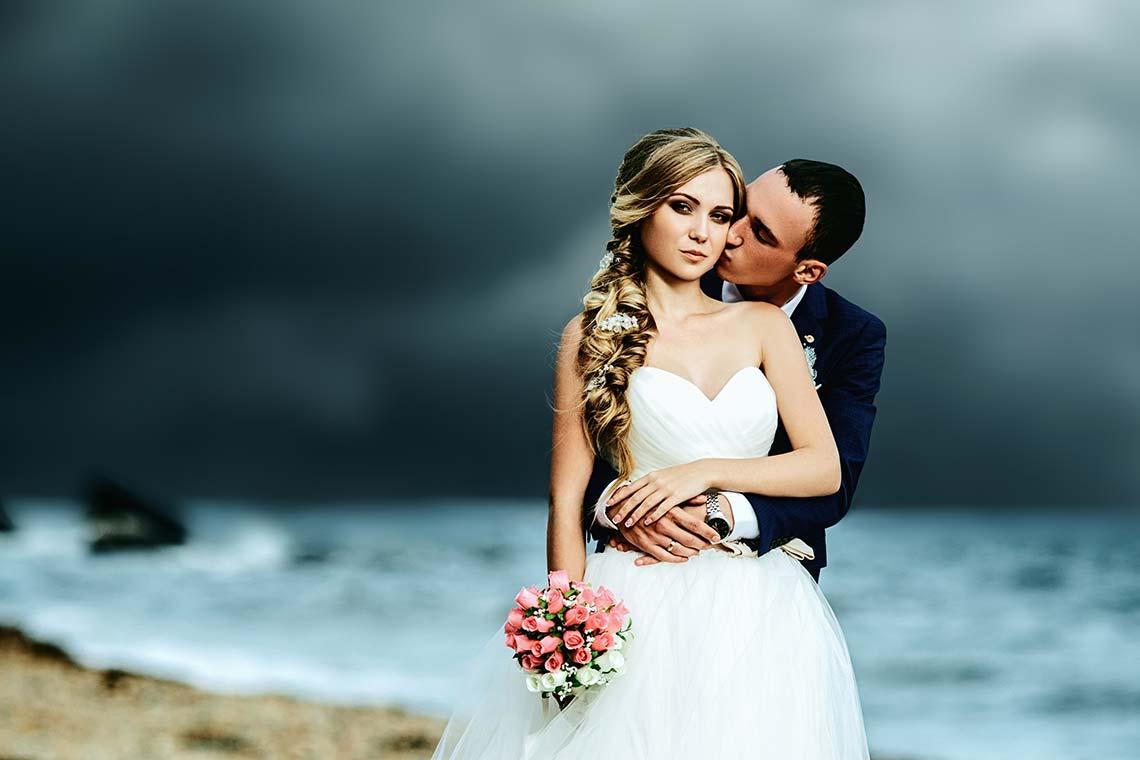 Свадебная пара стоит у моря (заготовка для 3D фото)