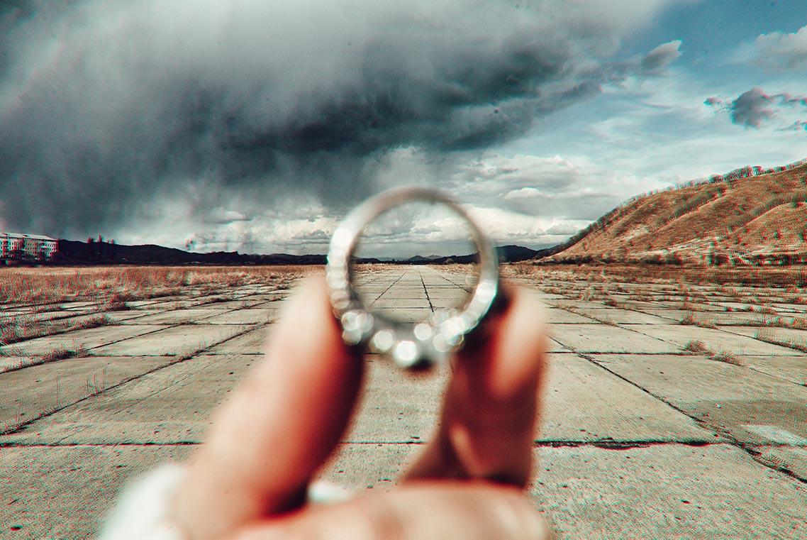 Фото взлётно-посадочной полосы сквозь кольцо, пример фрейминга в фотографии