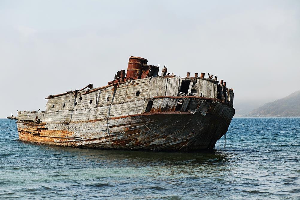 Обзор зверобойных шхун начинается с Лахтак - самого сохранившегося заброшенного корабля в бухте Витязь, Приморский край