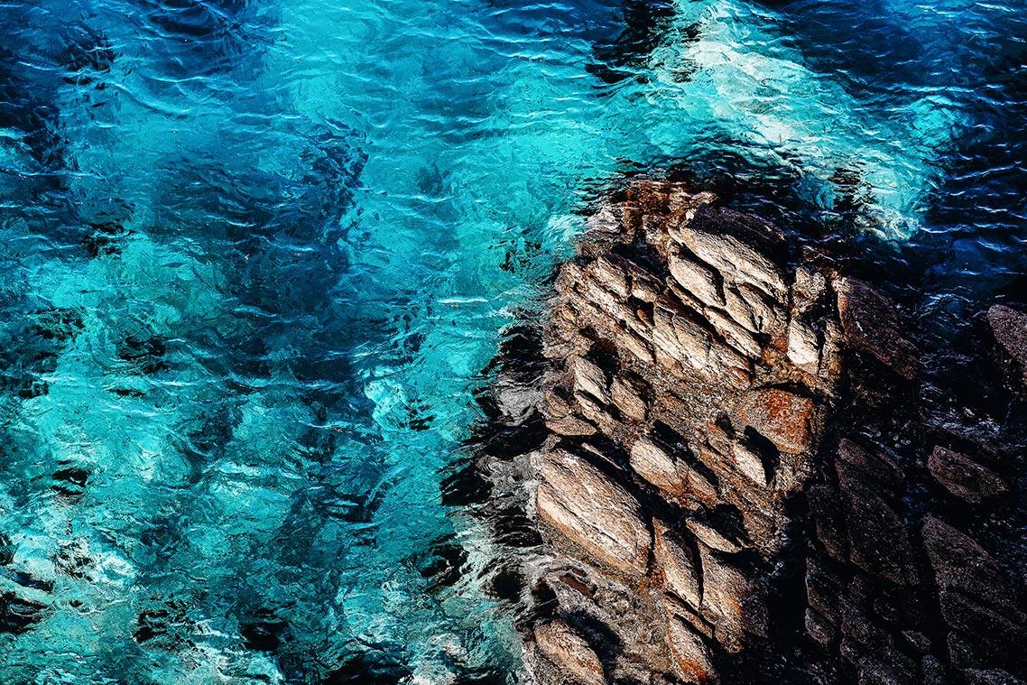 Вид на скалы и море мыса Брюса (достопримечательности Приморского края)