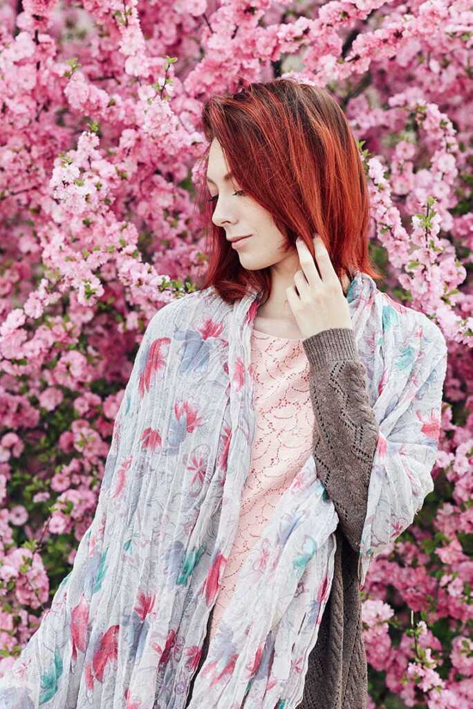 Романтичная портретная фотосессия в Золотой Долине с чувственной рыжей леди в цветах