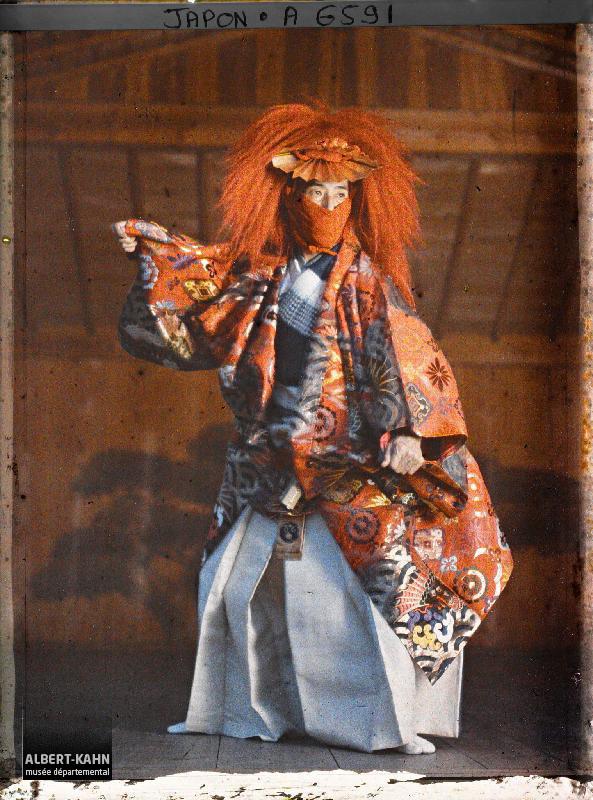 Японский актёр выступает на сцене, автохромная фотография 1912 года. Автор - Стефан Пассет.