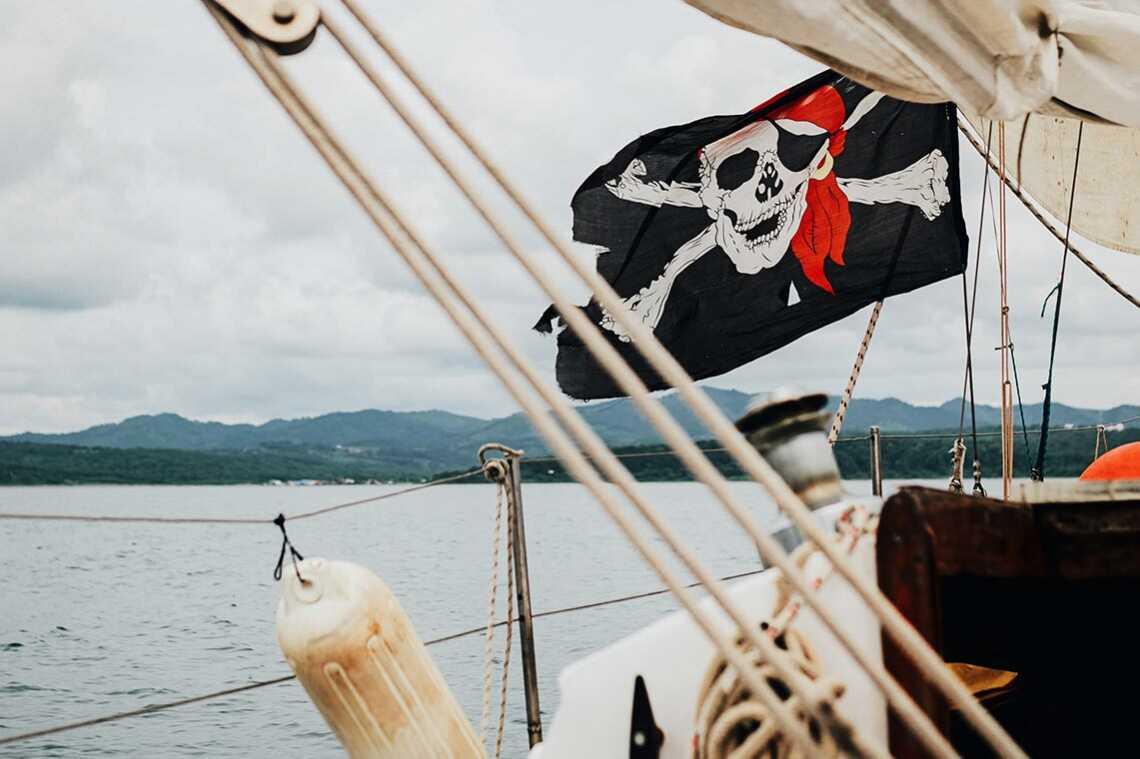 Пиратский флаг на яхте в Приморье