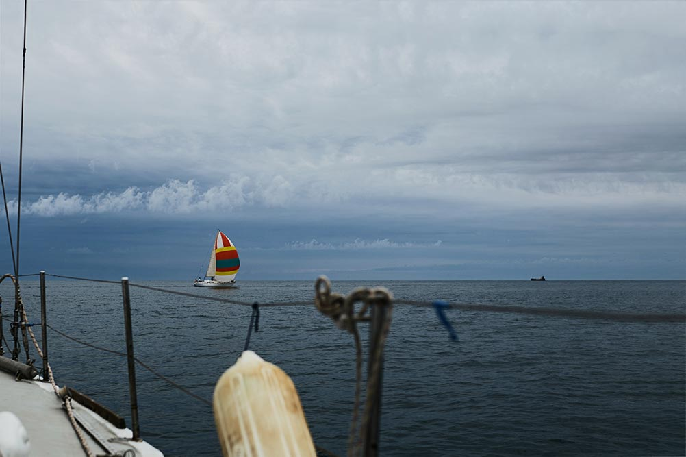 Одинокий корабль плывёт по тёмному морю на фоне бури