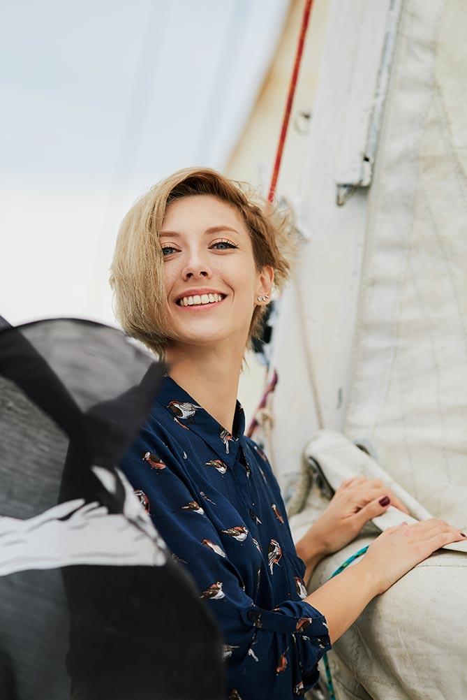 Улыбающаяся девушка на фоне паруса. Морская фотосессиия с девушками, Приморский край