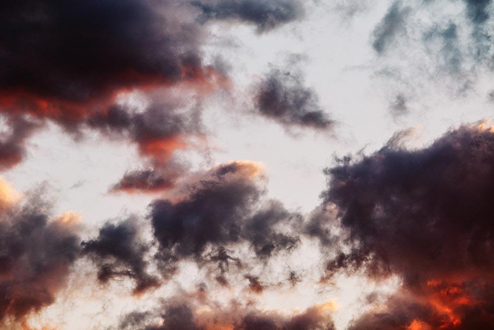 Алый закат и мрачные облака в Приморском крае