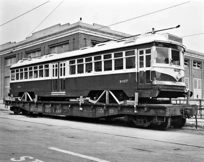 Трамвай увозят на свалку (из статьи про заговор General Motors).  Источник фото: Metro Transportation Library and Archive, 1953 год