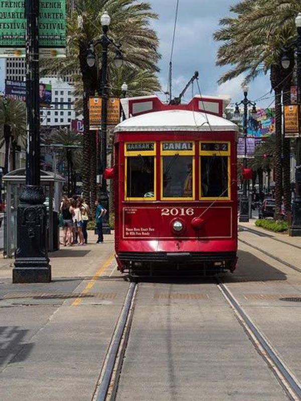 Красный трамвай в Нью-Орлеане
