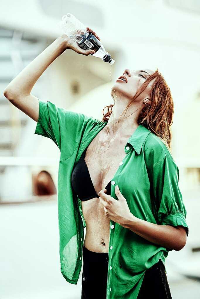 Чувственная фотосессия с девушкой, поливающей себя водой (Владивосток)