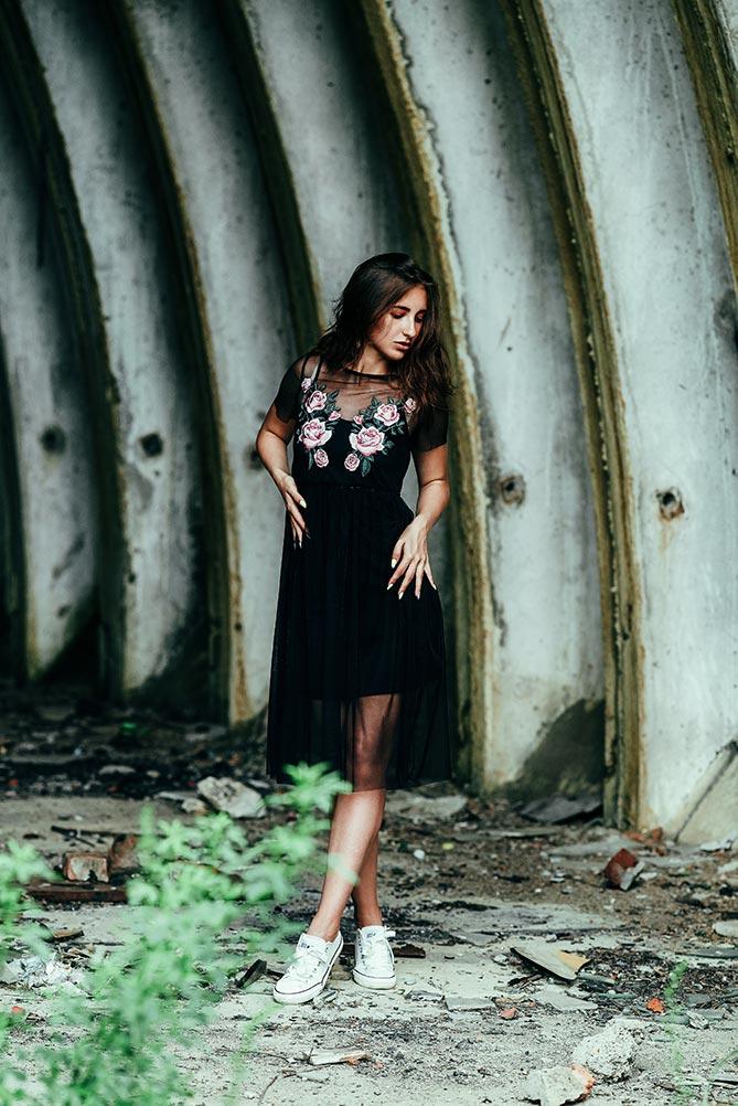 Очаровательная леди, волшебная, как баньши, танцует в заброшенном ангаре
