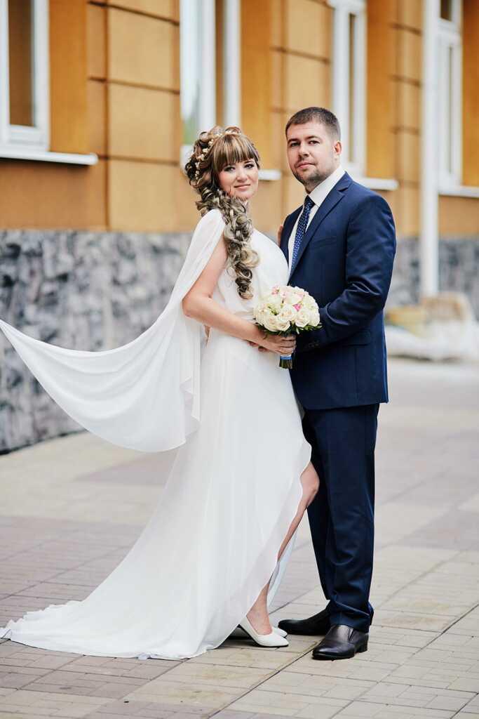 Летняя свадебная фотосессия г. Находка, фотограф Tengyart. На фото - пара взрослых влюблённых, держащаяся за руки.