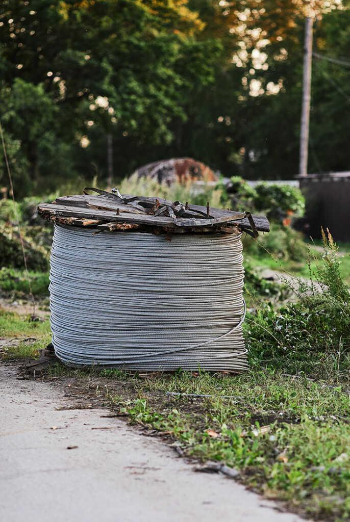 Катушка с неизолированными проводами для воздушных линий электропередачи в Золотой Долине - последствия наводнения 27-30 августа в Приморье