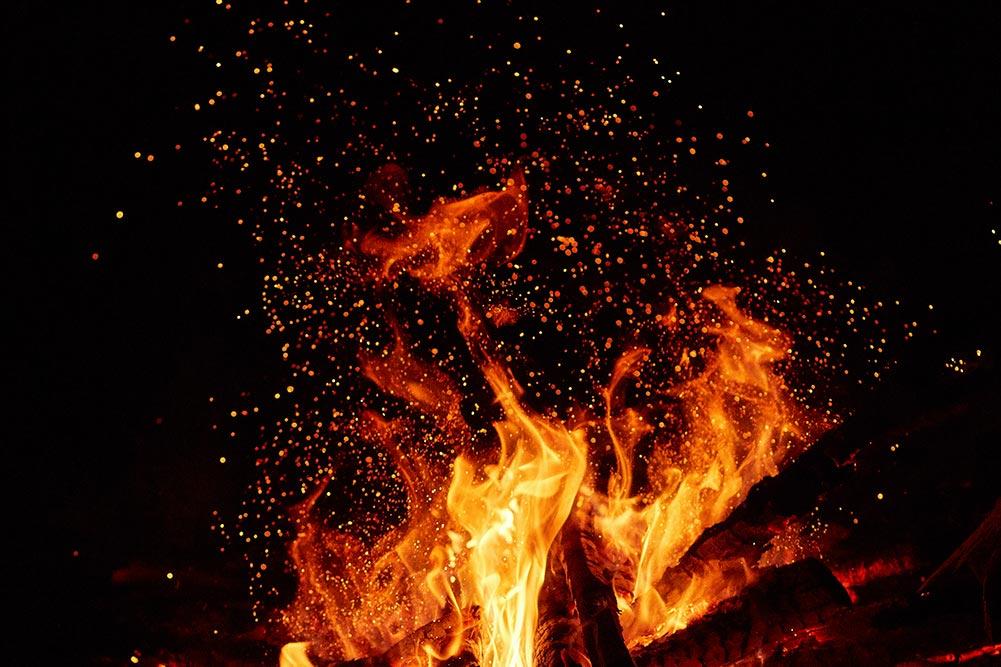 наша жизнь переменчива, как жаркое пламя - иилюстрация с огнём костра, автор стиха - Олег Мороз | Tengyart