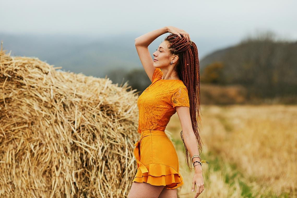 Девушка в жёлтом платье на фоне стога - одна из 9 поз для осенней фотосессии в стогах, автор - фотограф Олег Мороз (tengyart)