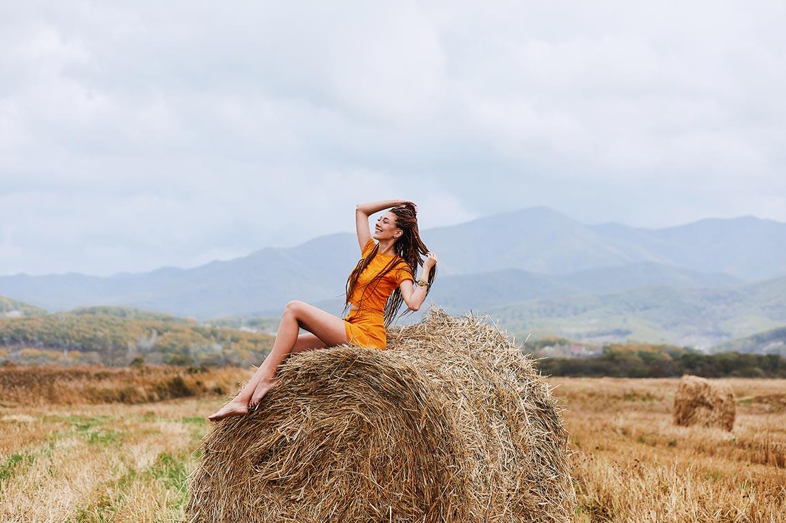 9 поз для осенней фотосессии в стогах с девушкой в оранжевом платье и обнажёнными ногами, фотограф Находка Олег Мороз (Tengyart)