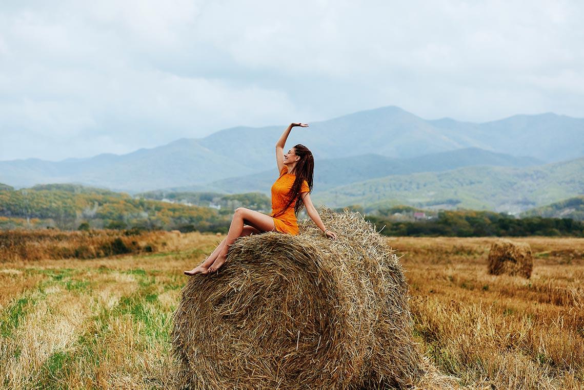 9 поз для осенней фотосессии в стогах - пример позы верхом на сене, фотограф - Tengyart