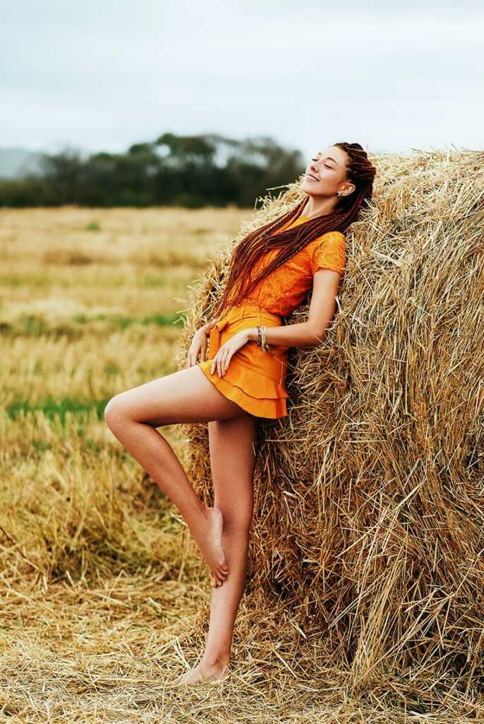 9 поз для осенней фотосессии в стогах: девушка сгибает ногу, прижимаясь к сену и улыбаясь, проводит по телу. Фотограф Находка - Владивосток Олег Мороз aka Tengyart