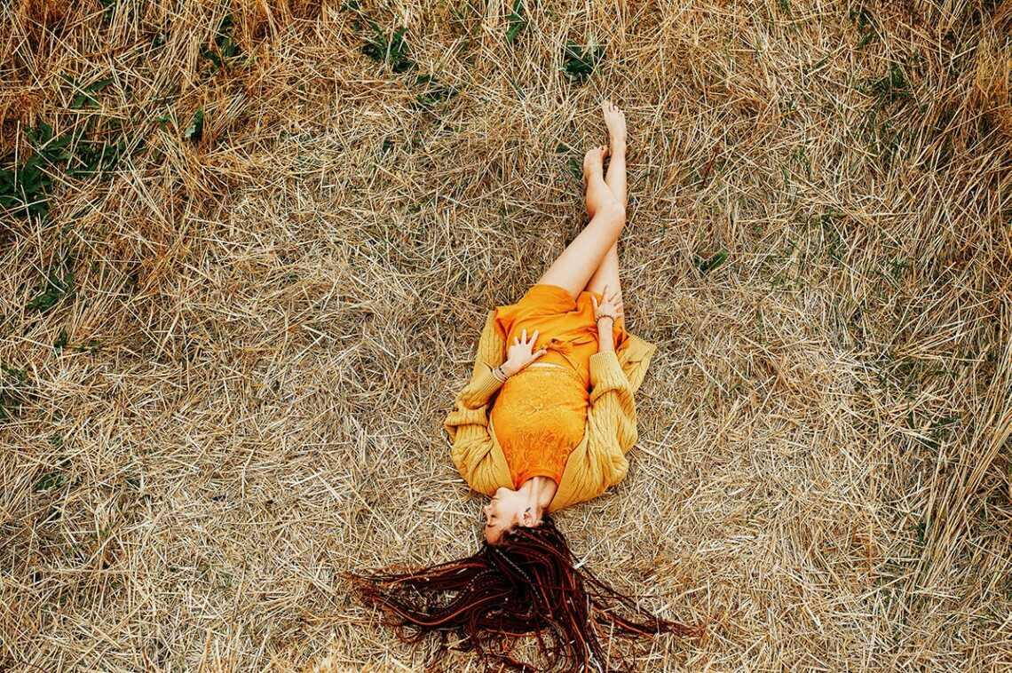 9 поз для осенней фотосессии в стогах: лёжа на траве или на вершине стога. Автор фото - Олег Мороз (Tengyart)