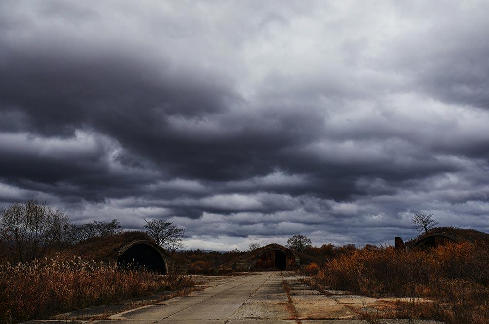 мрачные ангары и небо в Золотой Долине, заброшенный бункер находится перед ними