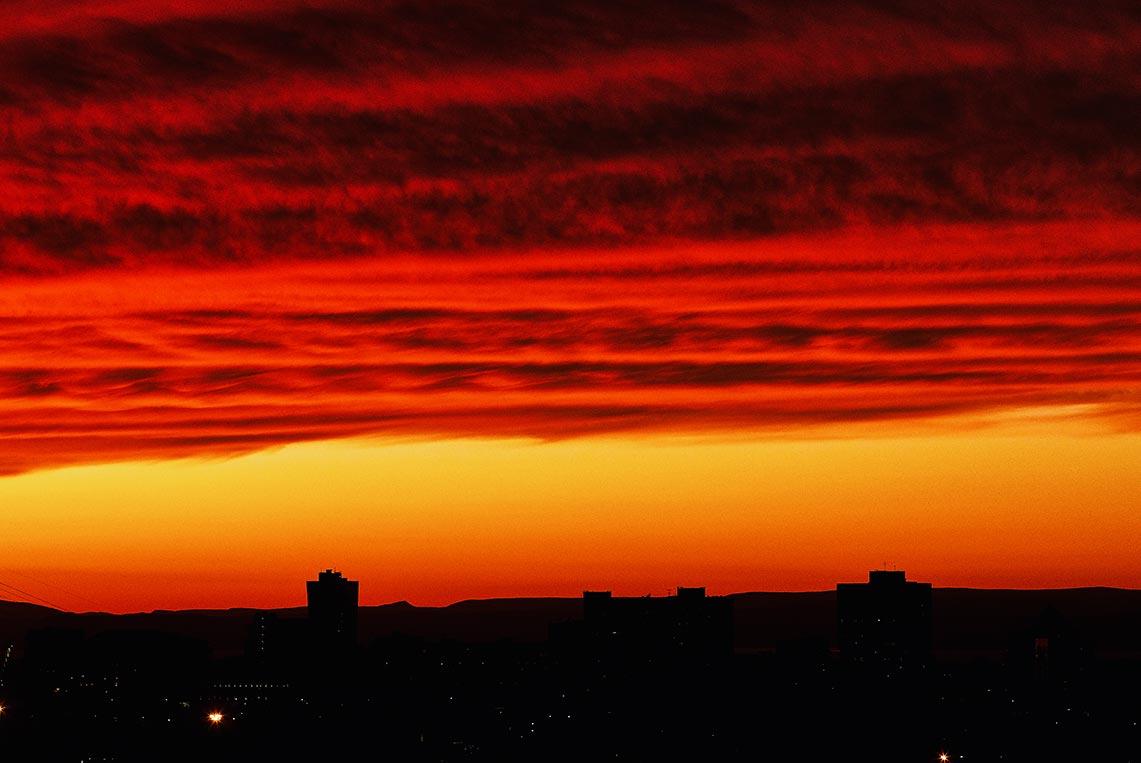 Фотография закатного осеннего неба над Владивостоком