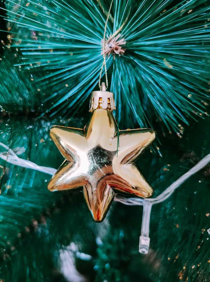 Фотография новогодней игрушки в форме звезды, снято на смартфон Realme XT