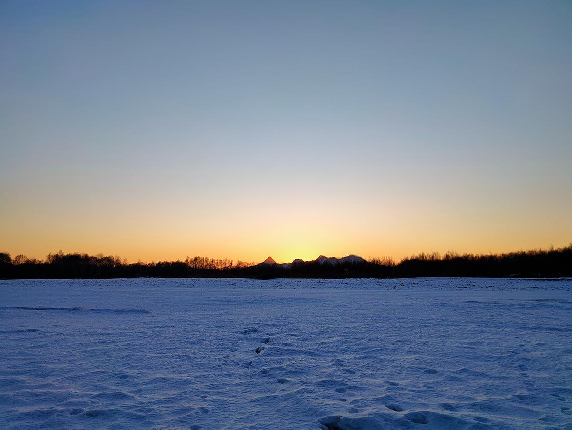 Зимний закатный пейзаж, снятый на телефон Realme XT. Семпл фото с Ultra 64 MP камеры в плохом освещении.