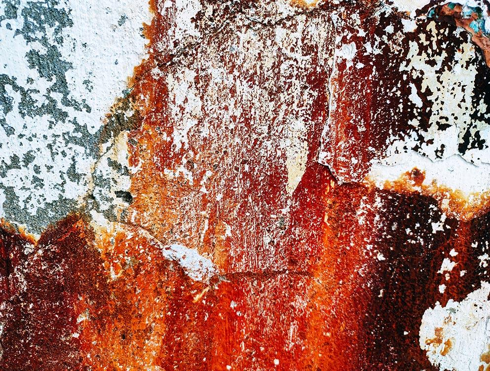 Текстура стены с потёками ржавчины в крупном разрешении. Фон с ржавчиной для рабочего стола.