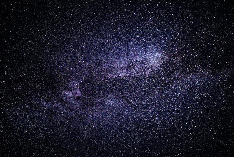 В каких случаях нужен и не нужен штатив при съёмке звёздного неба, автор статьи - Tengyart. На фото - Млечный Путь с метеором.