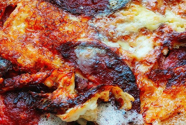 Фотография яичницы с колбасой, сделанная на смартфон Realme XT