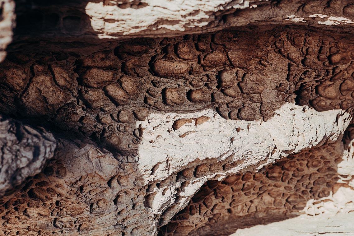 Текстура скалы, изъеденной эрозией ветра. Фотография в высоком разрешении (бесплатно для коммерческого использования). Автор - Tengyart.