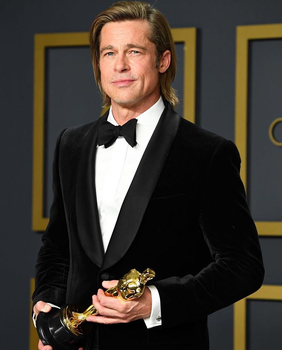 Брэд Питт держит в руках Оскар за лучшую мужскую роль 2 плана, фото на смартфон