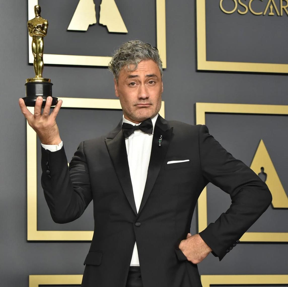 "Тайка Вайтити со статуэткой в руках, ""Оскар 2020"", фотография с режиссёром"