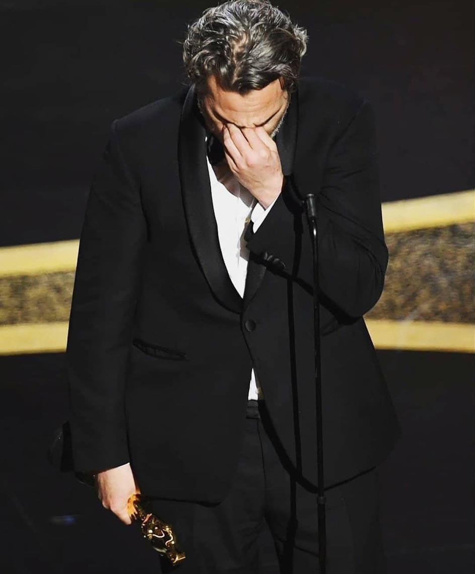"""Хоакин Феникс получает статуэтку """"Оскар"""" в качестве награды за лучшую мужскую роль, фото 2020 год"""