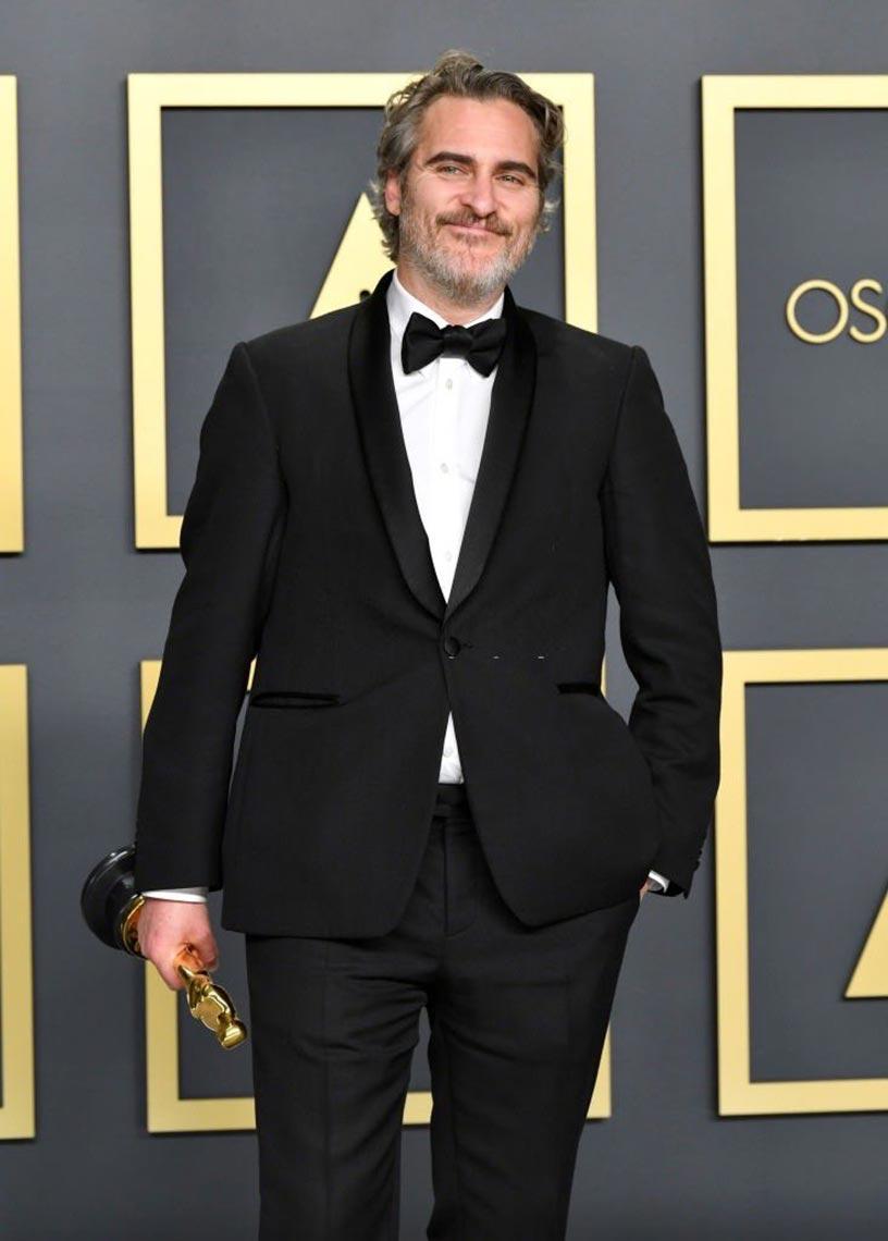 Хоакин Феникс с наградой за лучшую мужскую роль, фото на смартфон, заставка на телефон 2020 год