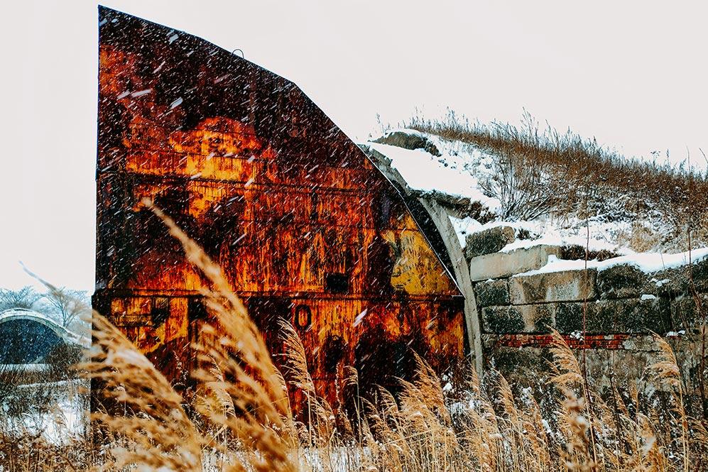 Снегопад в Приморье 16-17 февраля 2020 года, фото ржавого ангара. Автор Tengyart