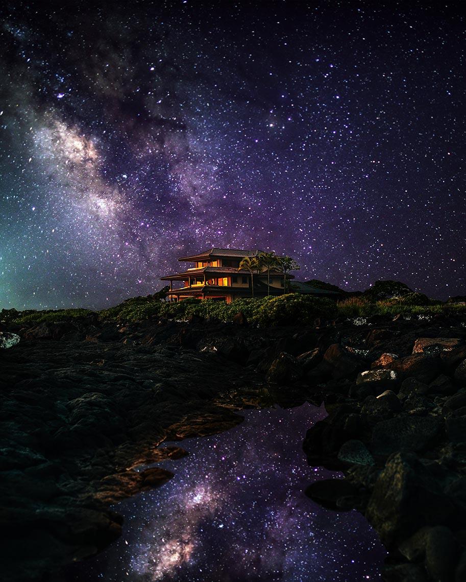 Ночной пейзаж с домом в центре и звёздным небом вокруг. Автор - Tengyart.