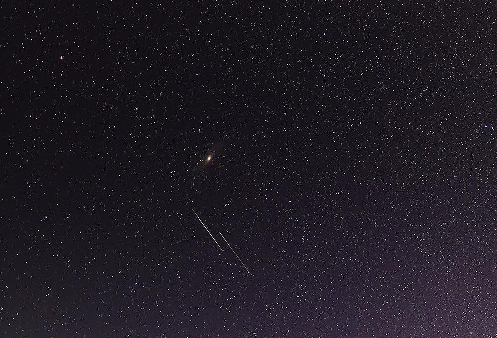 Фотография галактики и метеоров крупным планом, снято на Canon 5D Mark 4, фотограф Олег Мороз