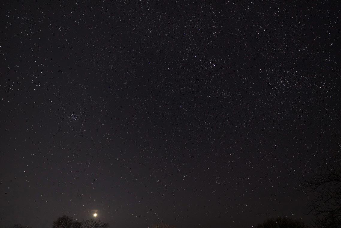 Планета Венера на ночном небе картинка на телефон со звёздами