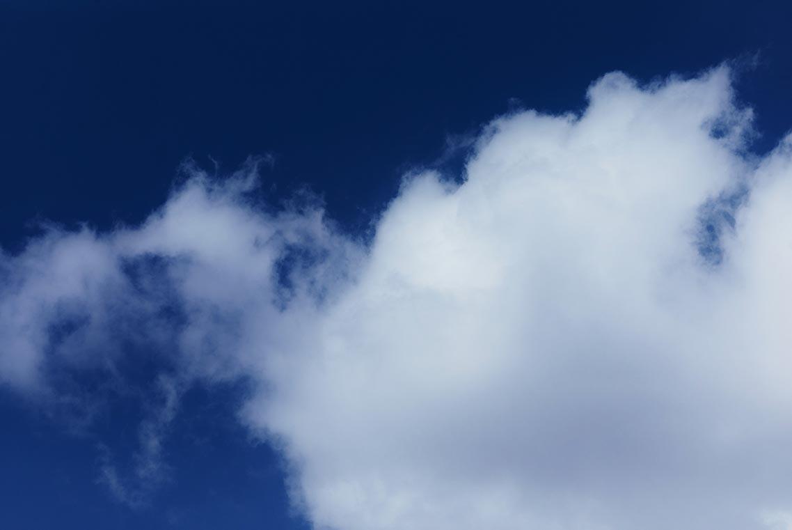 Фактурные белые облака, фон для смартфона и ПК