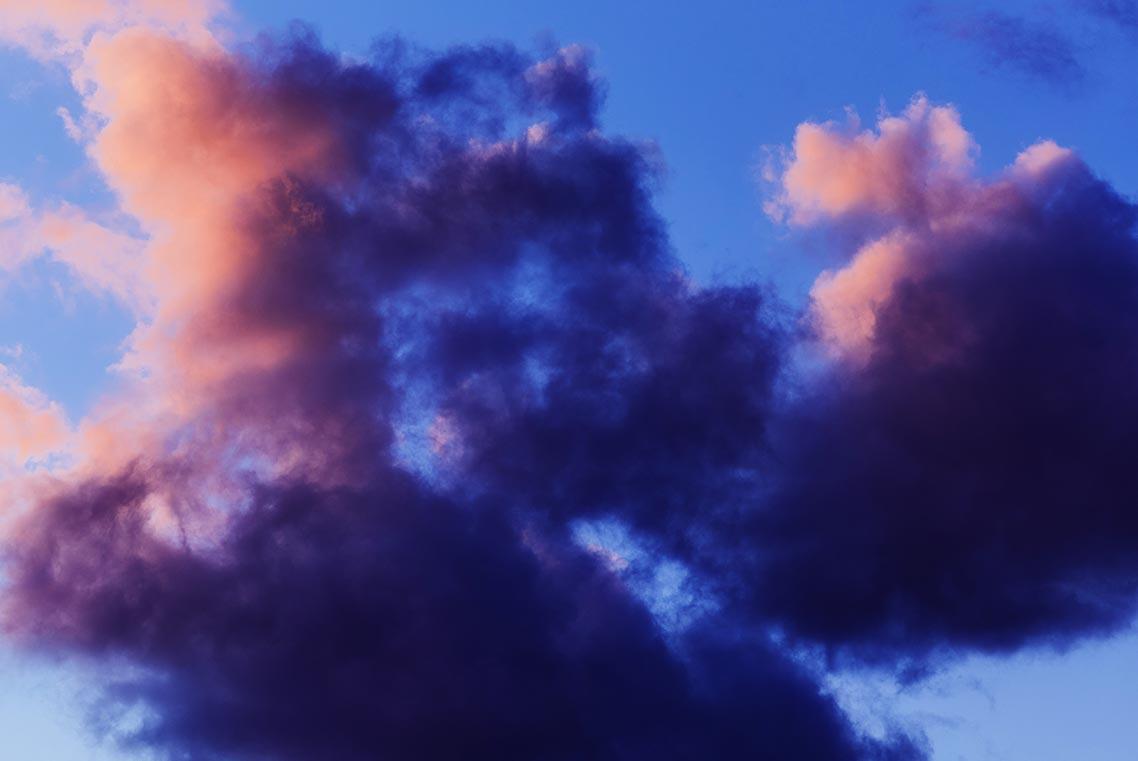 Фон для рабочего стола с фиолетово-розовыми облаками на голубом небе крупным планом | фотограф Олег Мороз (Tengyart)