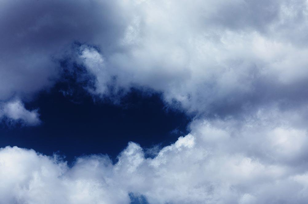 Фото белых облаков на контрастном синем небе, образец кадра без пыли на матрице