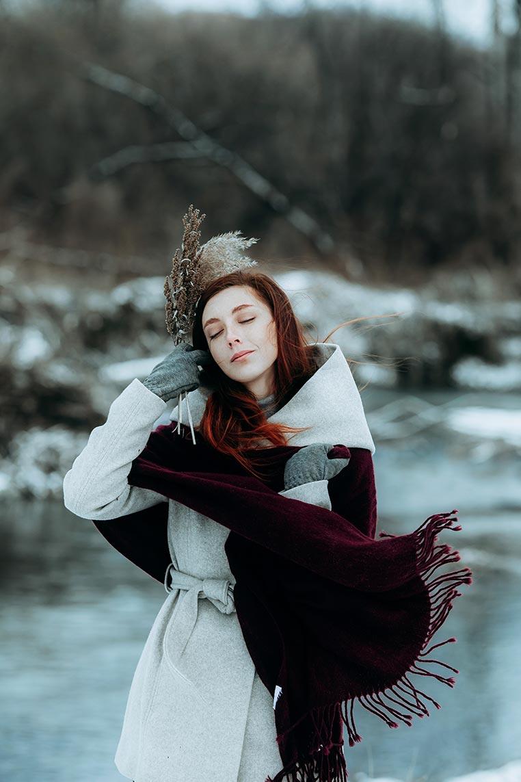 Чувственный и стильный зимний портрет с девушкой в сером плаще. Фотограф Нтаталья Пименова, обработка - Tengyart.