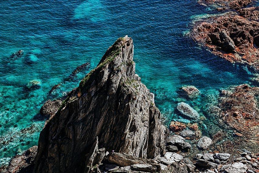 Море и крупная скала на переднем плане. Фото для рабочего стола смартфона.