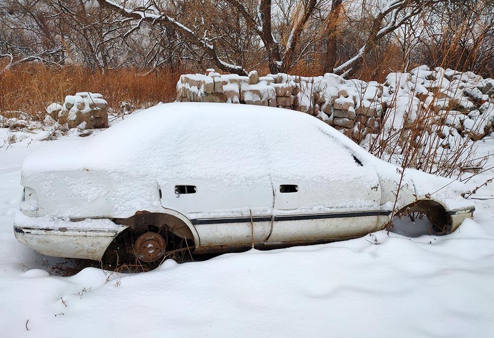 Старая белая машина в снегу без колёс, фото онлайн
