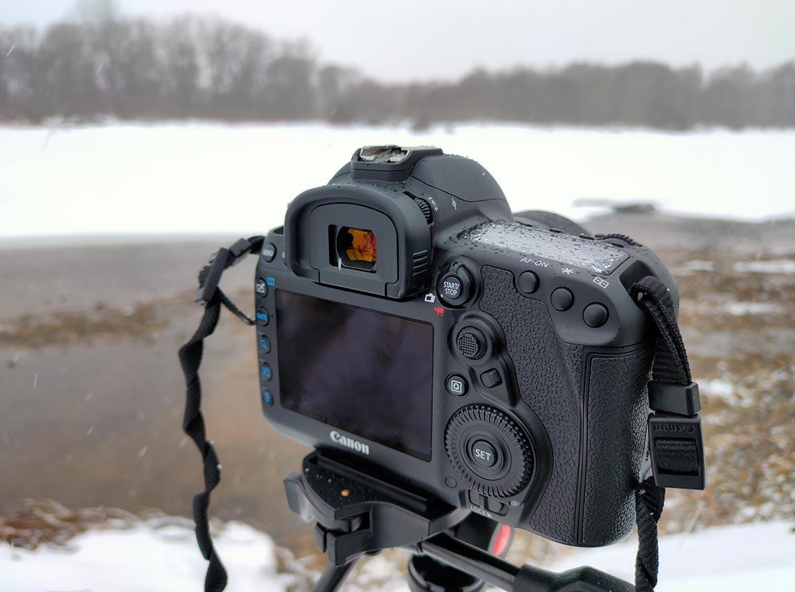 Во время съёмки портретов и пейзажей в снегопад лучше не мочить камеру (пример фото с камерой в снегу и влаге)