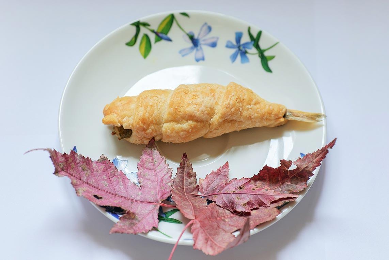 Домашний натюрморт с рыбой в тесте и кленовыми листьями, идея для фотосессии на подоконнике