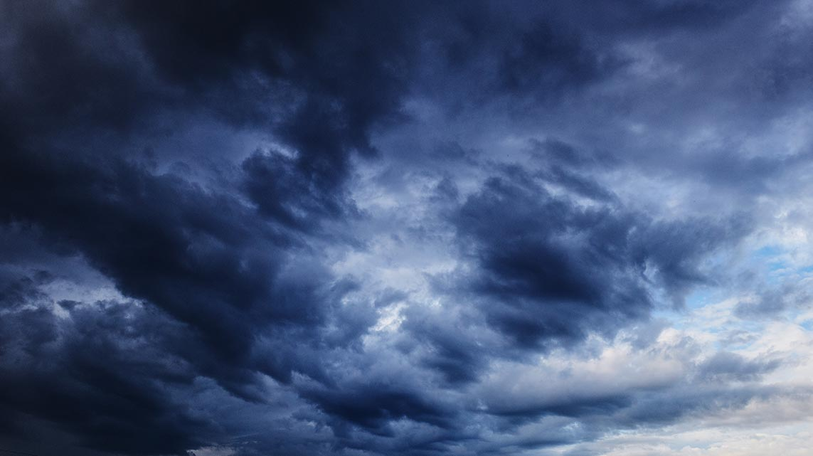 Закатные облака во время шторма и дождя - фотография кучевых облаков (фон для смартфона)