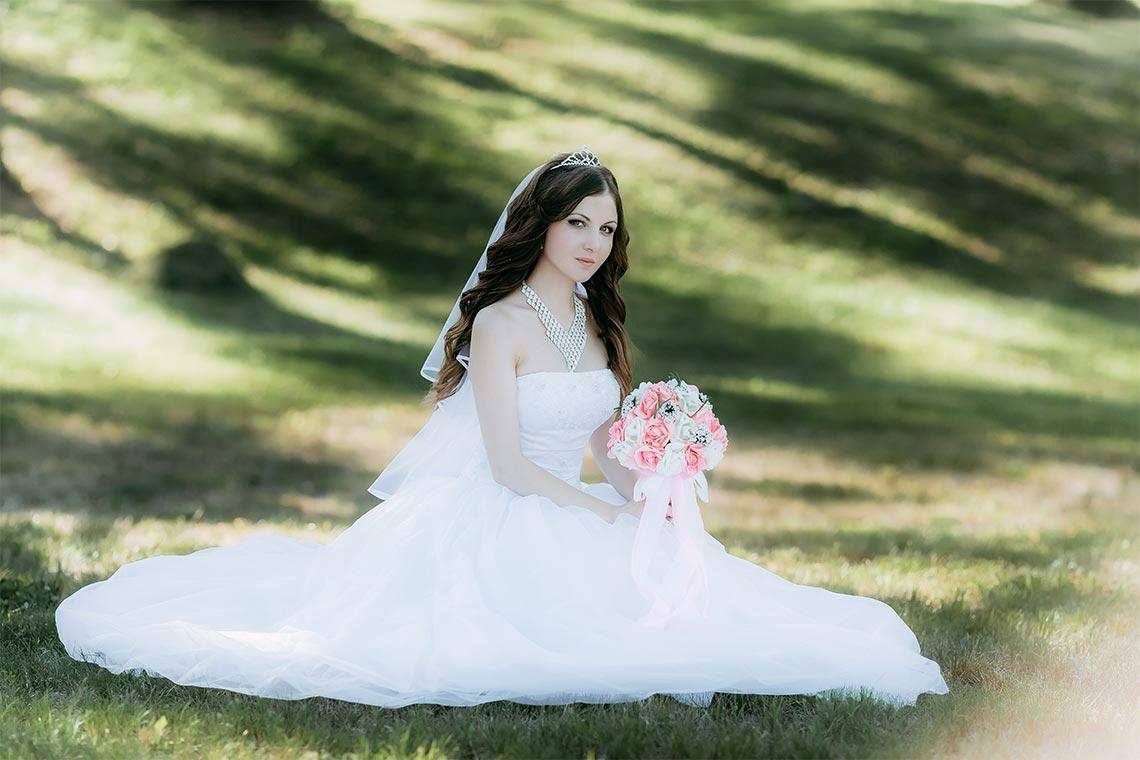 Как фотографировать свадьбу в городе в яркий день (пример фотографии с невестой в белом платье в парке)